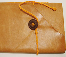 Costura Correntinha e capa de couro flexível